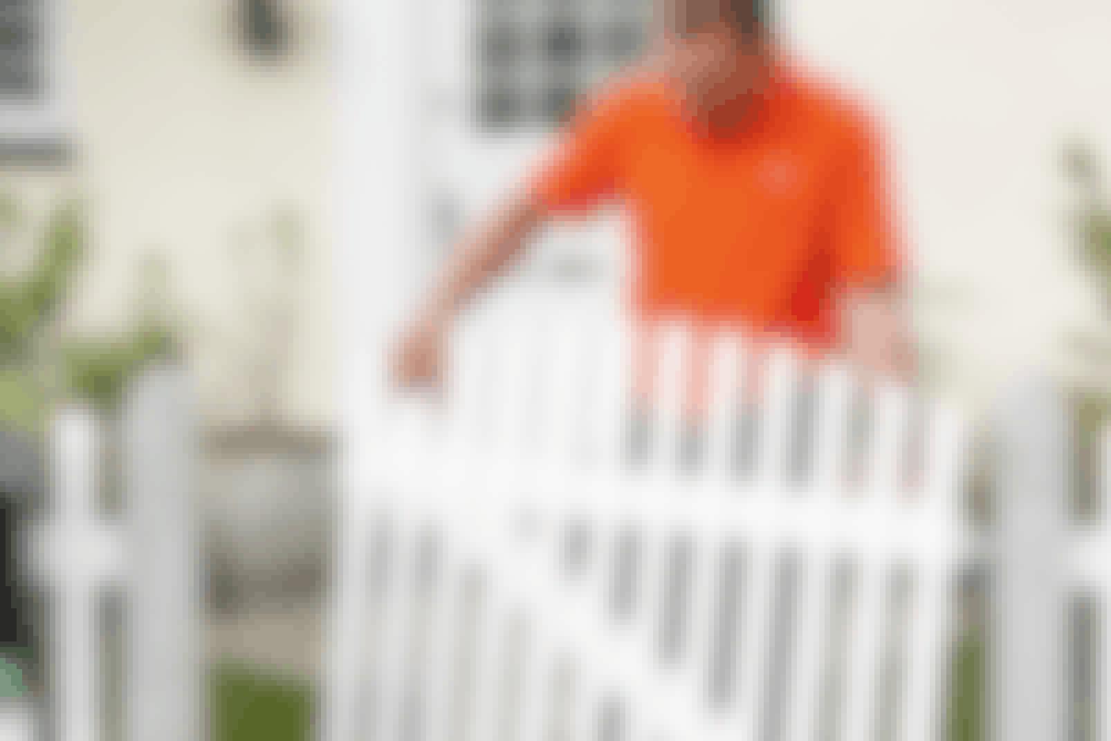 När du har tagit loss en hel modul av staketet går det snabbt att kapa spjälorna nertill.