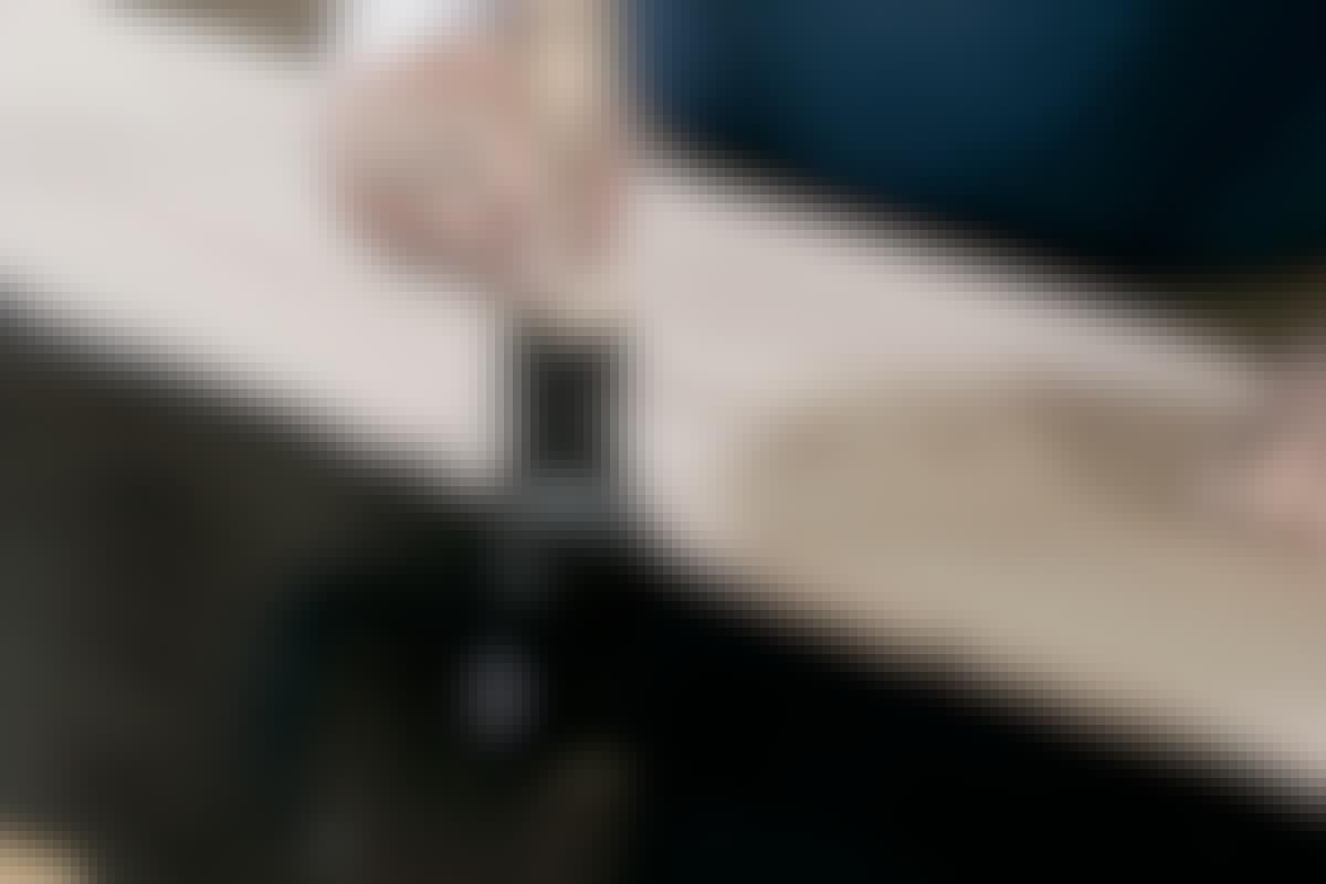 Den svarta färgen på köksbänken ser exklusiv ut.