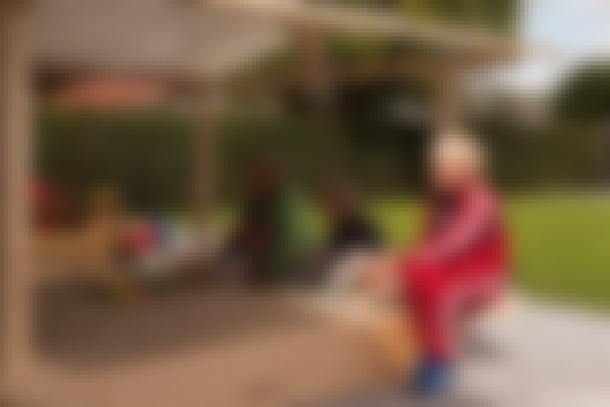 Hiekkalaatikolle mahtuu katras lapsia ja lasten kokoluokan kaivinkoneet.