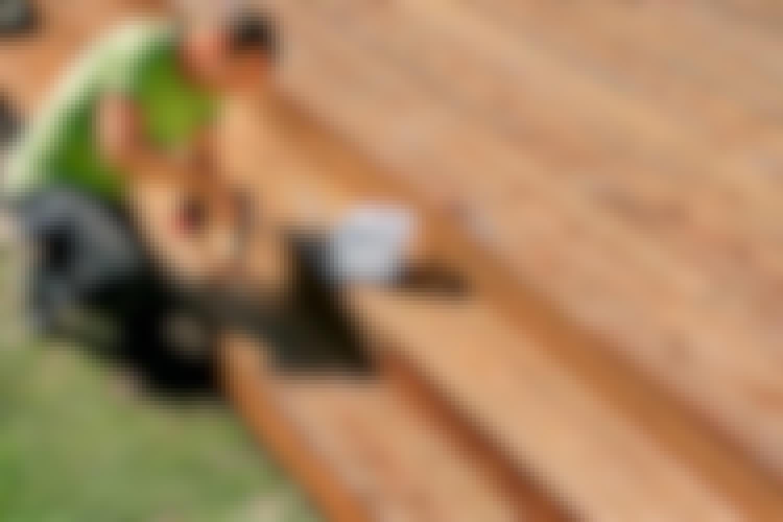 Puuterassin kiertävät portaat
