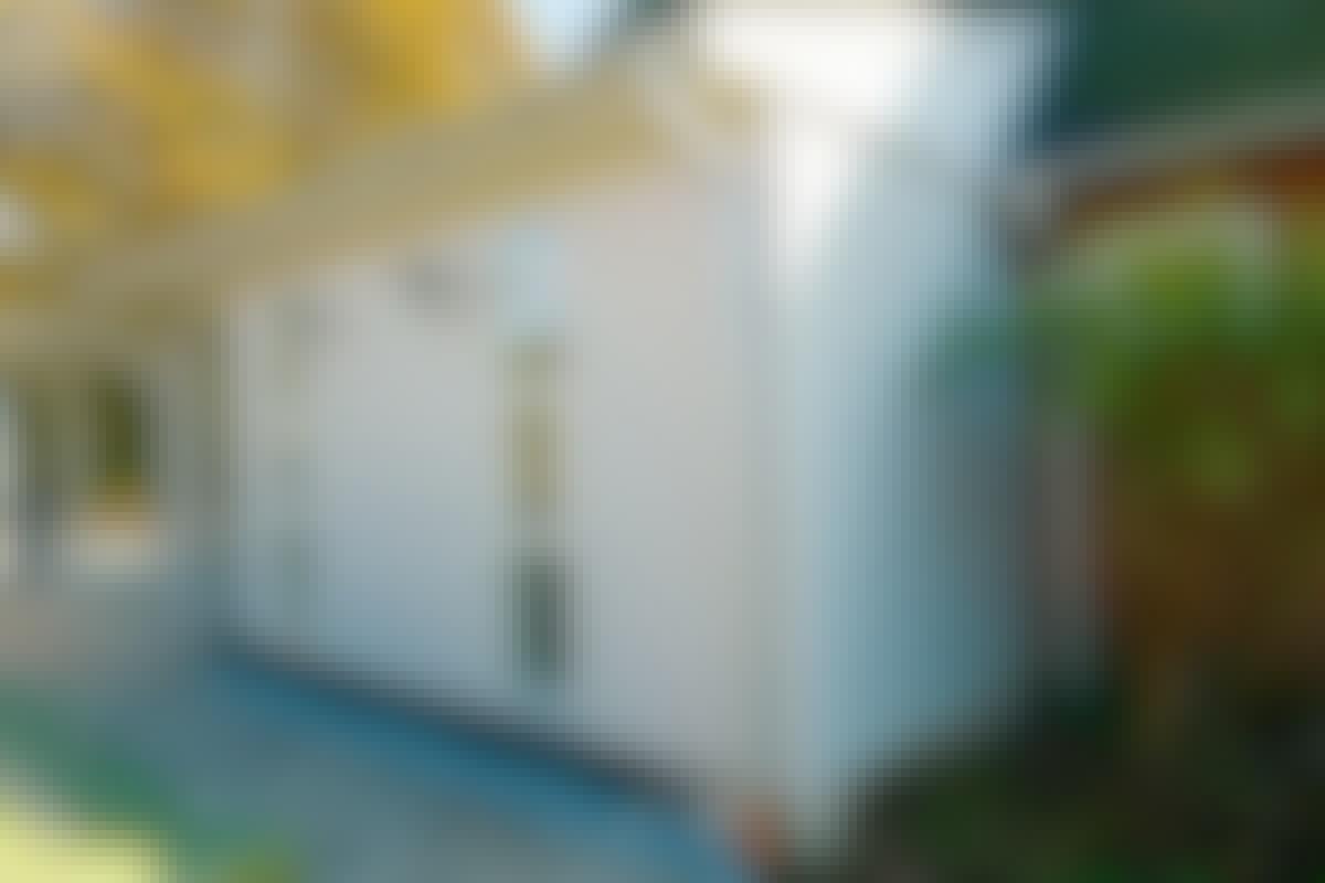 Tillbyggnaden har väggar av trä medan huset har tegelfasad. Det gör inget så länge delarna passar ihop på ett snyggt sätt.