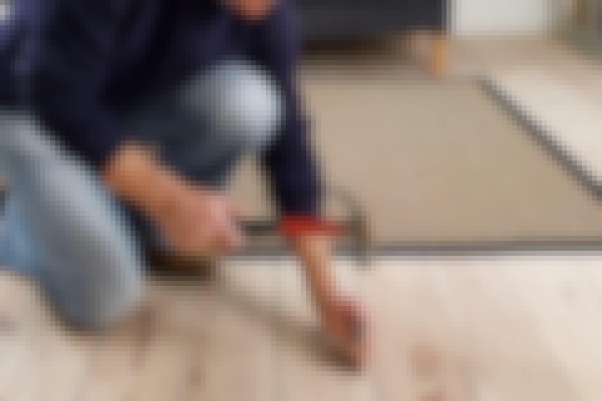 Et knirkende gulvbord skyldes som regel at det er oppstått en sprekk i den underliggende bjelken eller strøen, som gjør at en eller flere spikere sitter løst. Ettersom en slik sprekk nesten alltid kommer i midten av bjelken, og gulvet ofte er spikret nettopp i midten, kan det forklare mange knirkende steg på gulvet.
