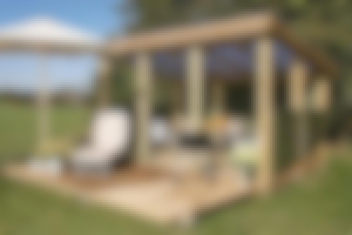 Katto on katettu valoa läpäisevillä trapetsilevyillä. Ratkaisu on kaunis katetussa terassissa ja käytännöllinen suljetussa vajassa.