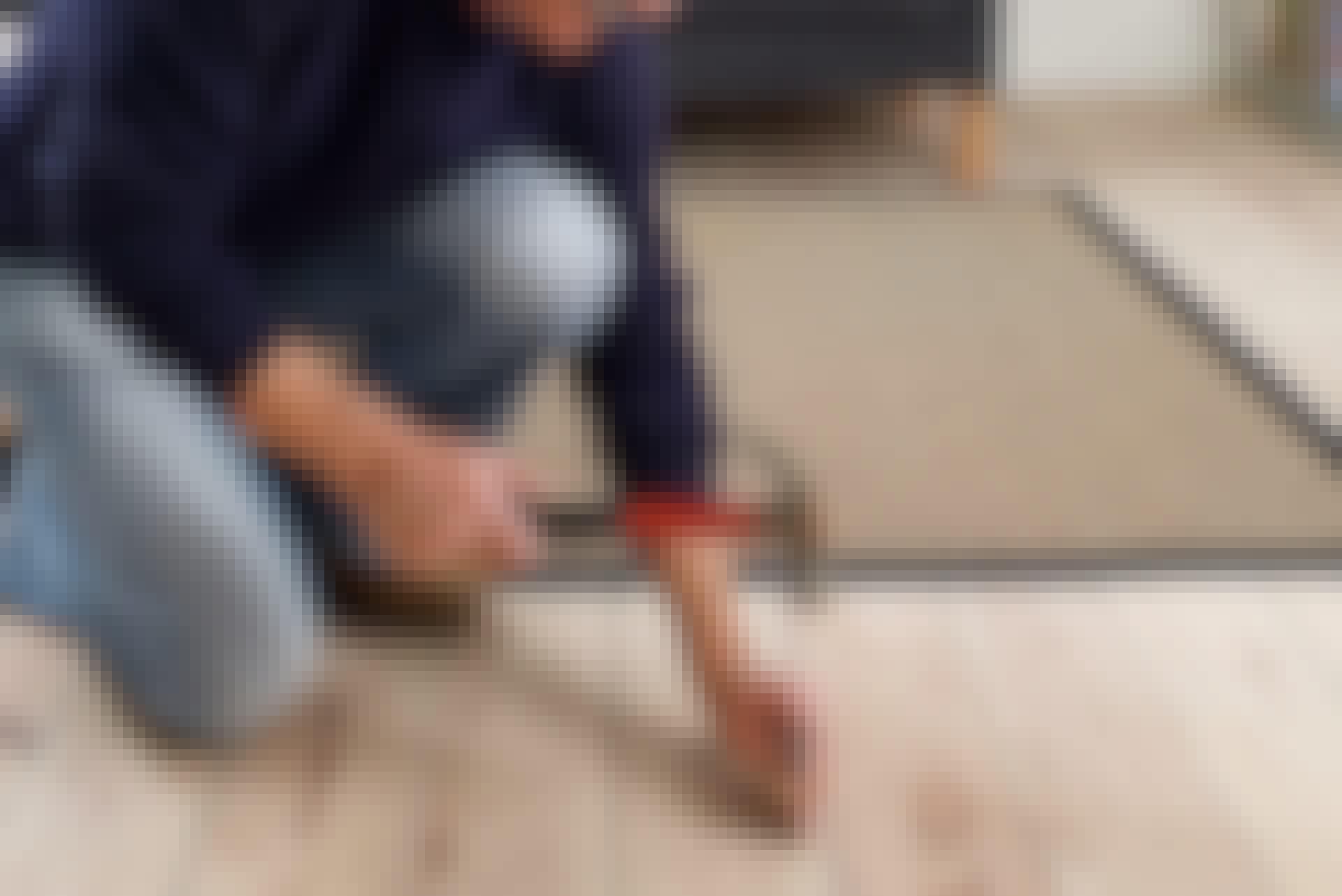 Et knirkende gulvbræt skyldes som regel, at der er opstået en svindrevne i den underliggende bjælke eller strø, hvad der betyder, at et eller flere søm sidder løst. Eftersom sådan en revne næsten altid kommer i midten af bjælken, og gulvet ofte er sømmet netop i midten, kan det forklare mange knirkende fodtrin.