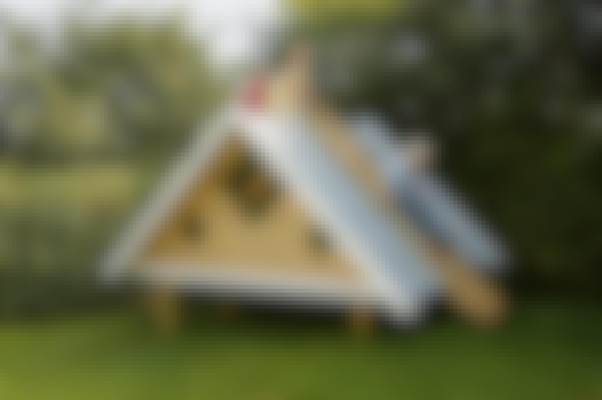 Det trekantede legehus er børnenes helt eget tilflugtssted. Samtidig kan det bruges til jeres overnattende gæster, når det ikke er alt for koldt.