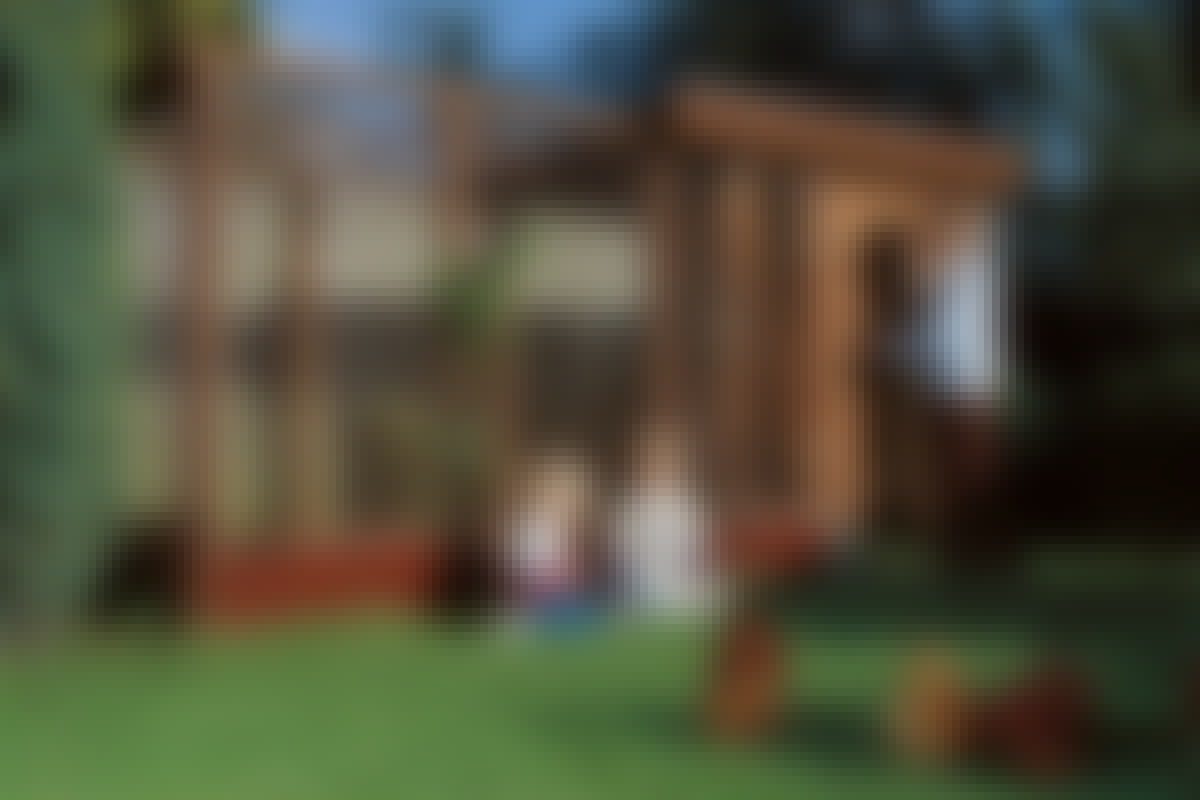 Hönsen släpps ut så ofta som möjligt på tomten och får springa fritt i hela trädgården (som är inhägnad, inte minst med tanke på barnen). En strykning med träskydd på hönshus och hönsgård får trä och eternit att matcha.