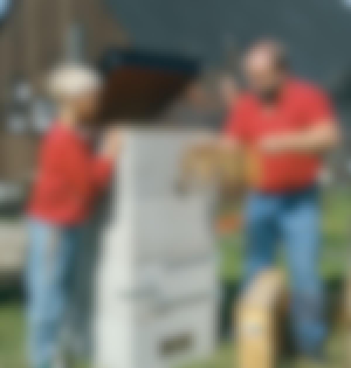 Det nappade! Ett spett med nyrökta böcklingar är klart. Med fyra block som på bilden klarar röken fiskar på upp till 60 cm.