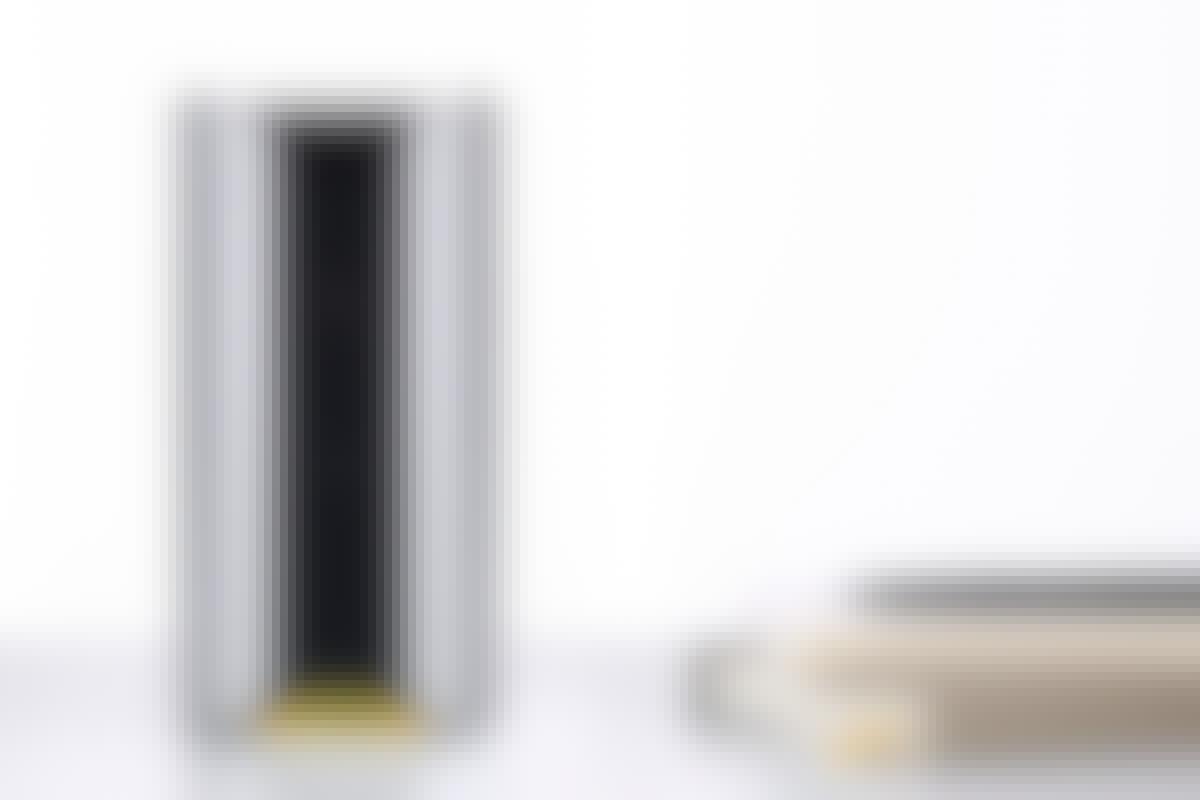 Kameran sitter dold bakom den svarta fronten. På baksidan sitter uttag för strömsladd och nätverkskabel, men den fungerar även med Wi-Fi.