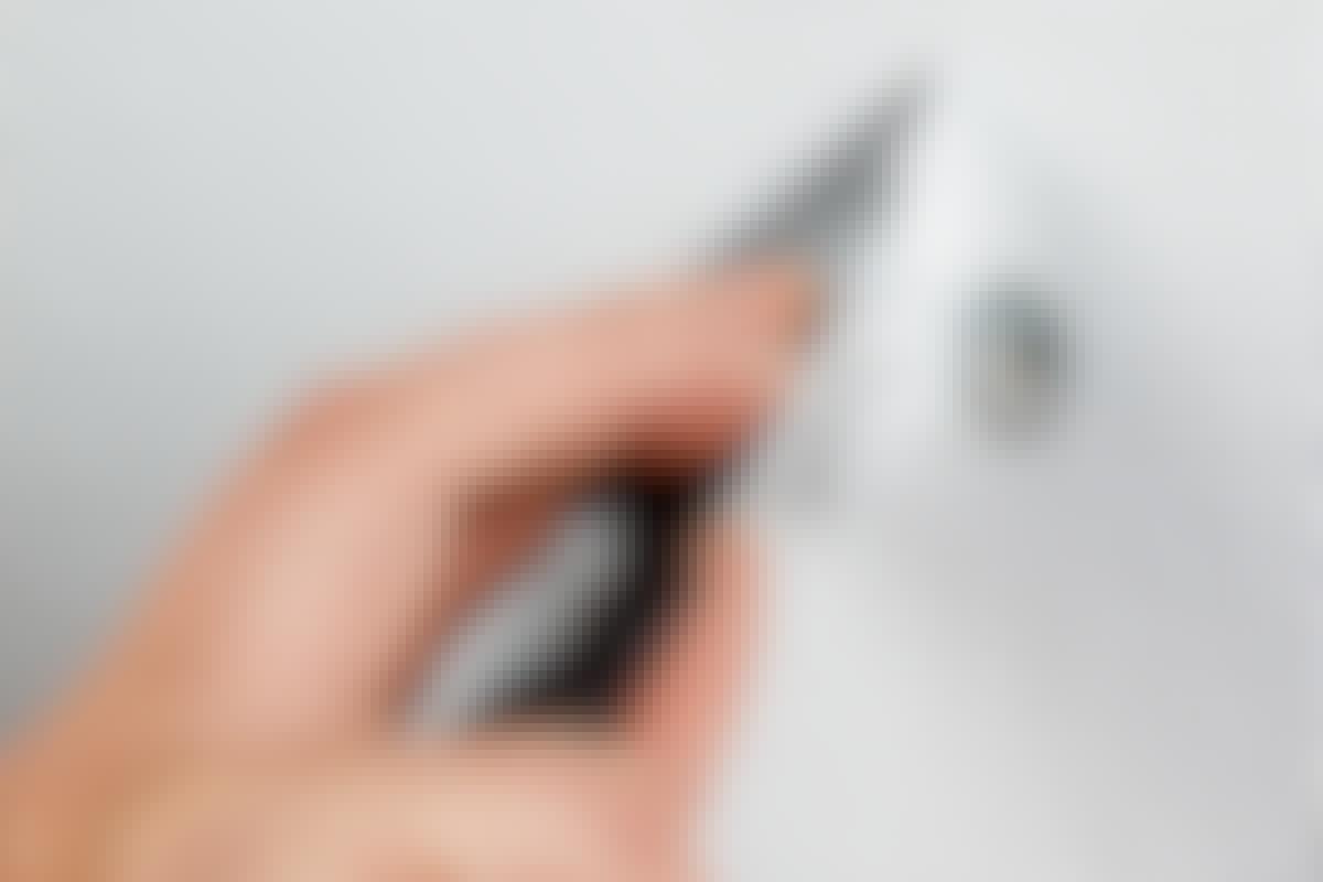 Hål slår igenom och syns tydligt när du målar väggen. Men du kan lätt trolla bort dem så att de blir osynliga.