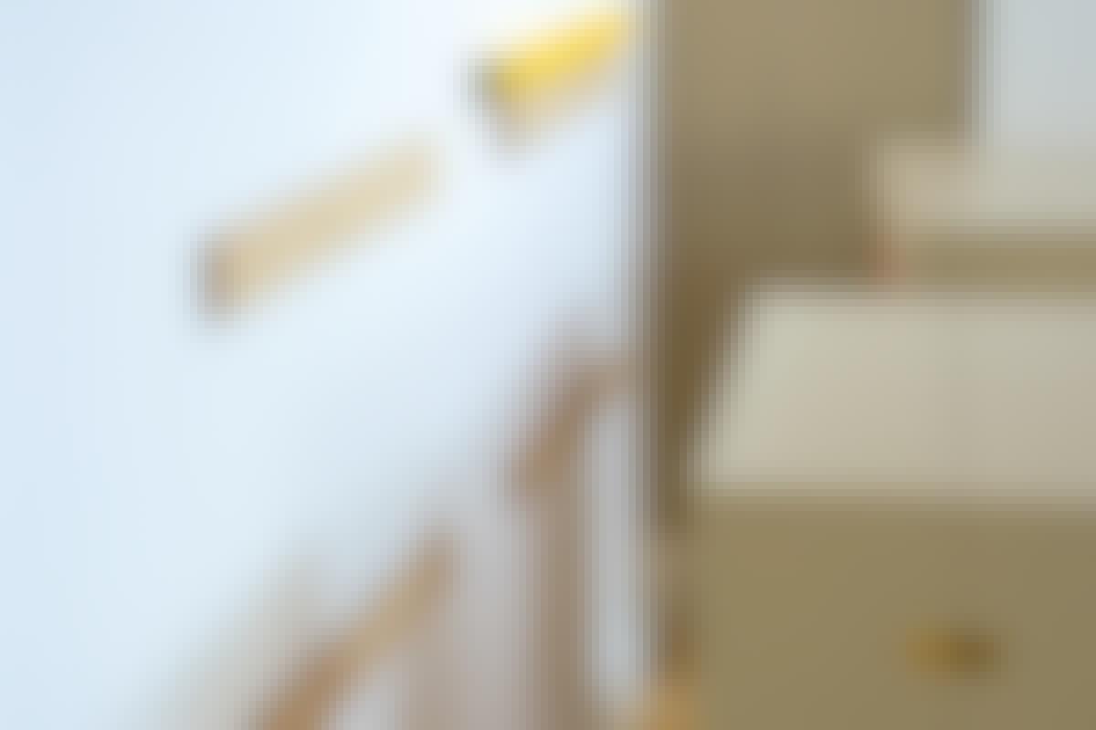 Når skapet løftes opp på vegglisten, sitter det urokkelig fast.