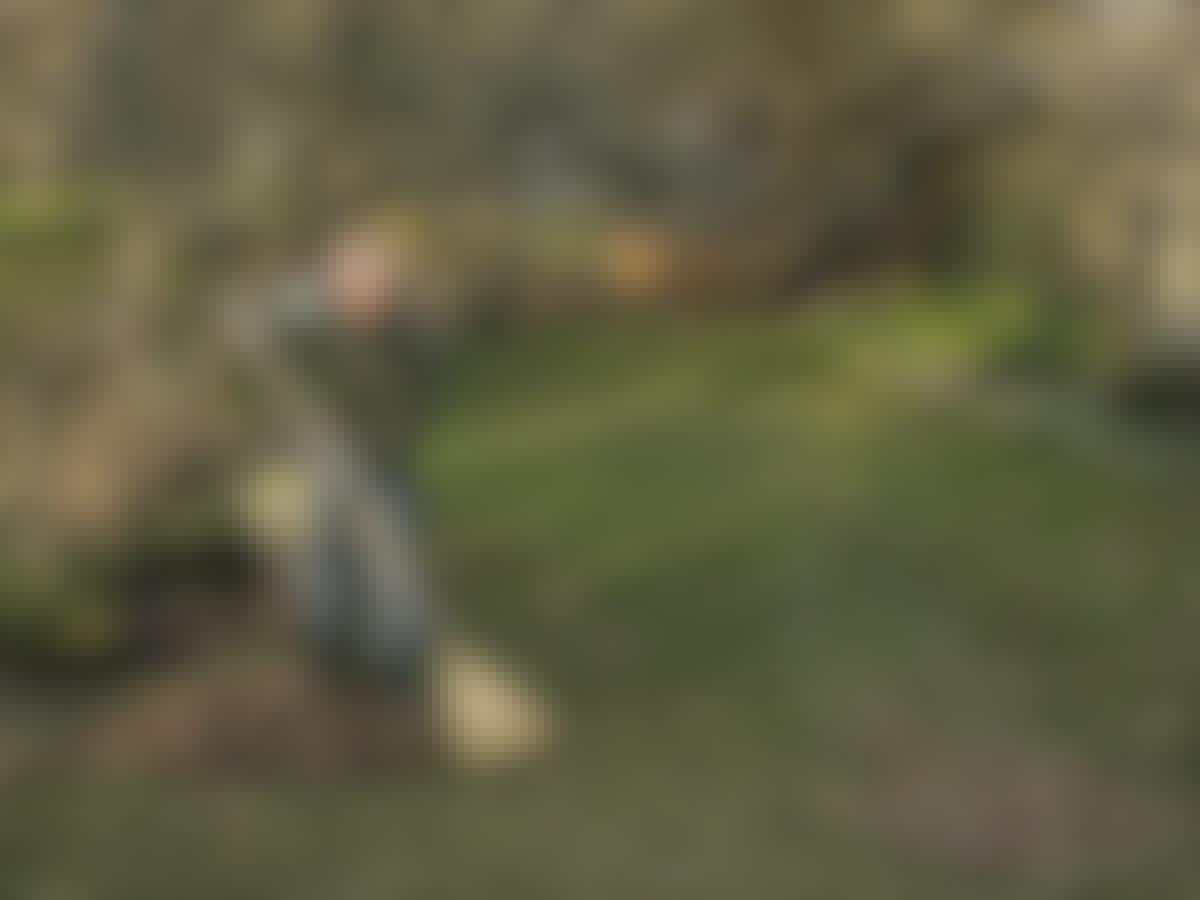 Mand river græsplæne