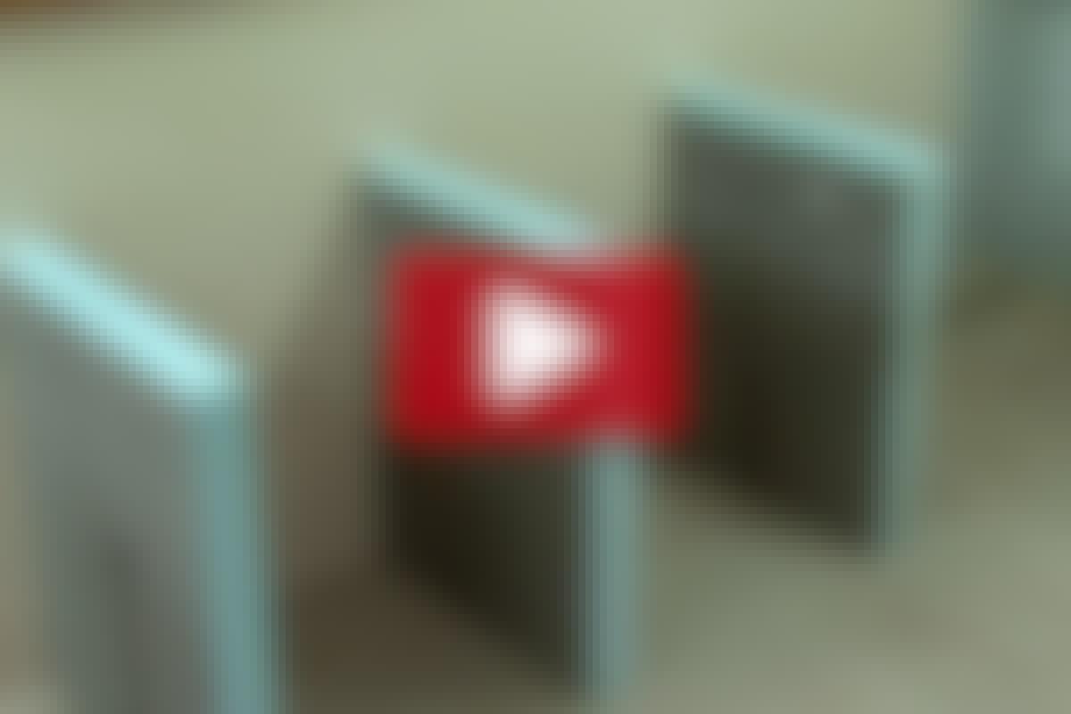 BADEVÆRELSESMØBLER: Brug vådrumsplade som bordben