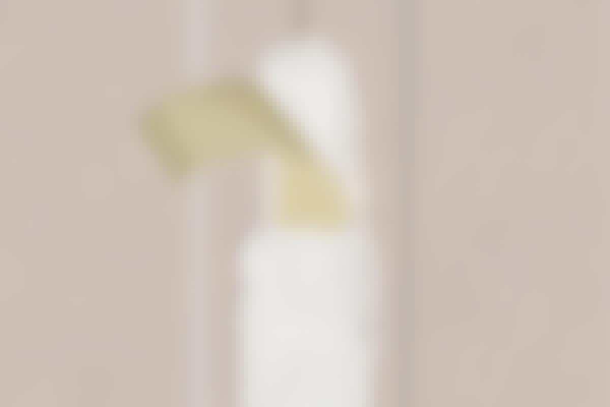 Papirstrimlen lægges ned i våd spartelmasse. Når det er tørt, spartles igen, så papiret indkapsles total.