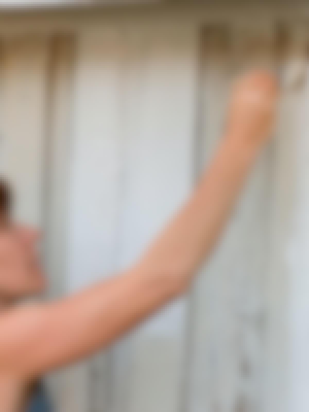 Kvinde maler med hvid traebeskyttelse