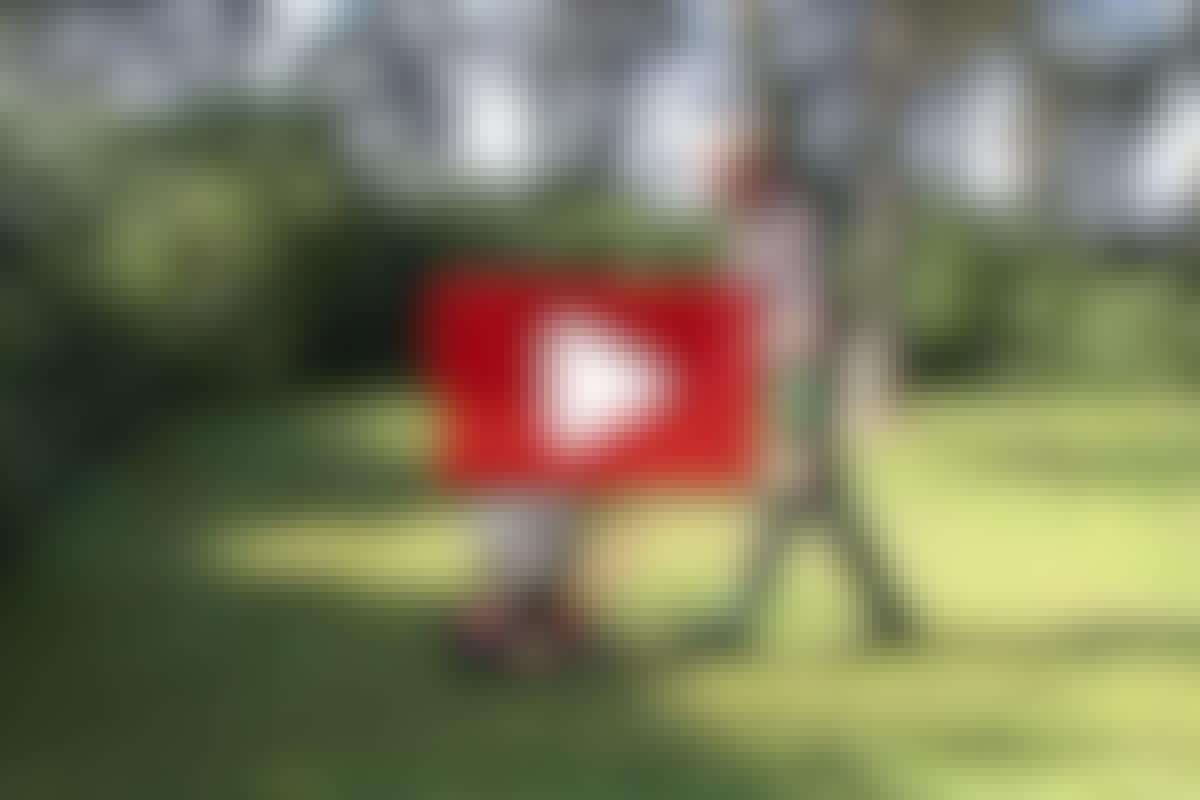 VIDEO: Fjern mos og red græsplænen