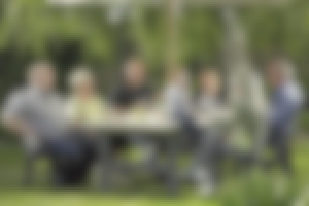 Trädgårdsbord med gäster