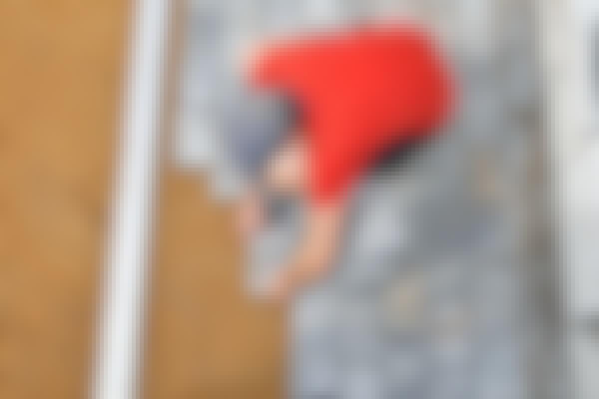 Laita betonihierrin tai suora lauta jokaista riviä vasten, jotta linja pysyy suorassa.