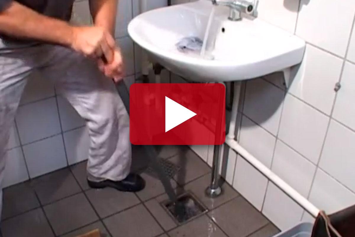 rensning af afløb køkkenvask