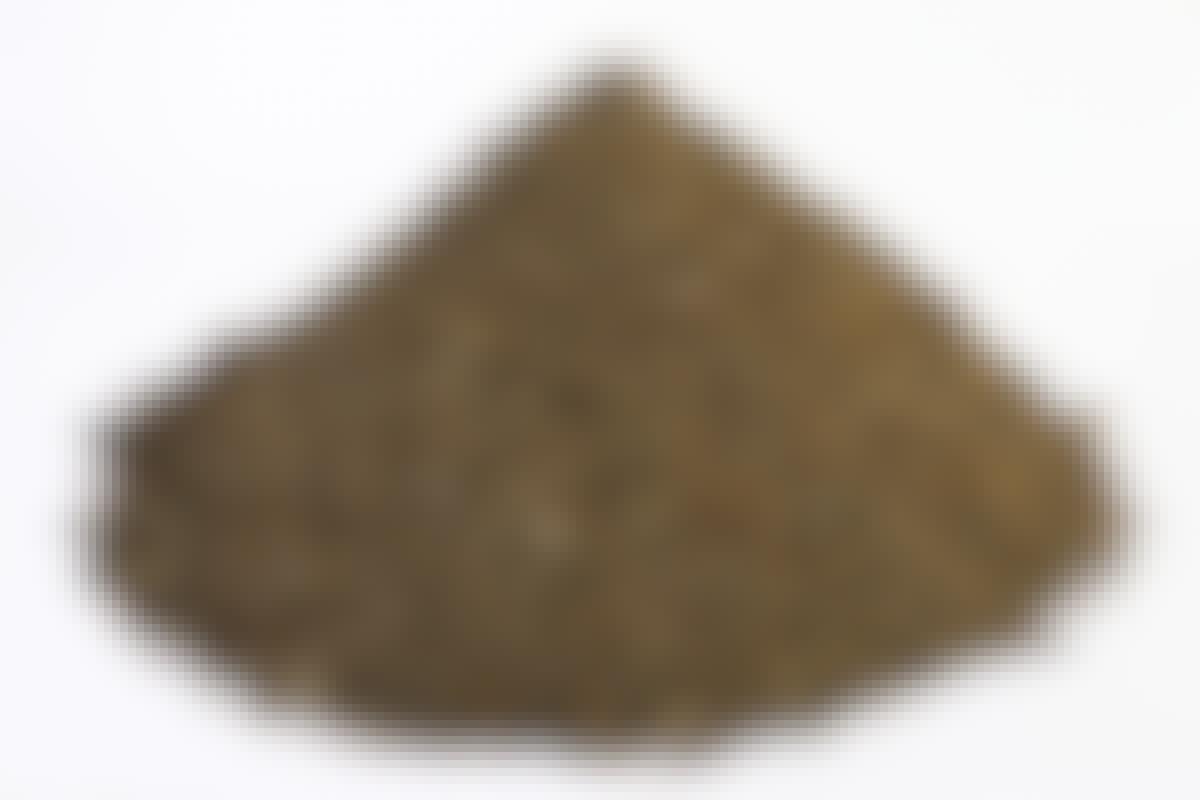 **AFRETNINGSGRUS Kornstørrelse: 0-8 mm** Afretningsgrus er det grus, vi lægger lige under fliserne. Laget bør være 2-4 cm. Fordi gruset kun indeholder små korn, kan det ikke vibreres – du kan højst træde det lidt sammen. Minimal dræneffekt.