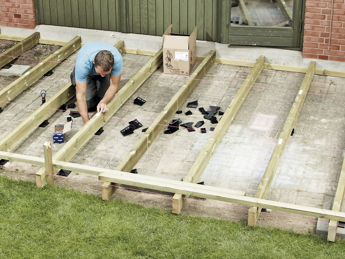 Fantastisk Træterrasse oven på fliserne – sådan bygger du den   Gør Det Selv YN28