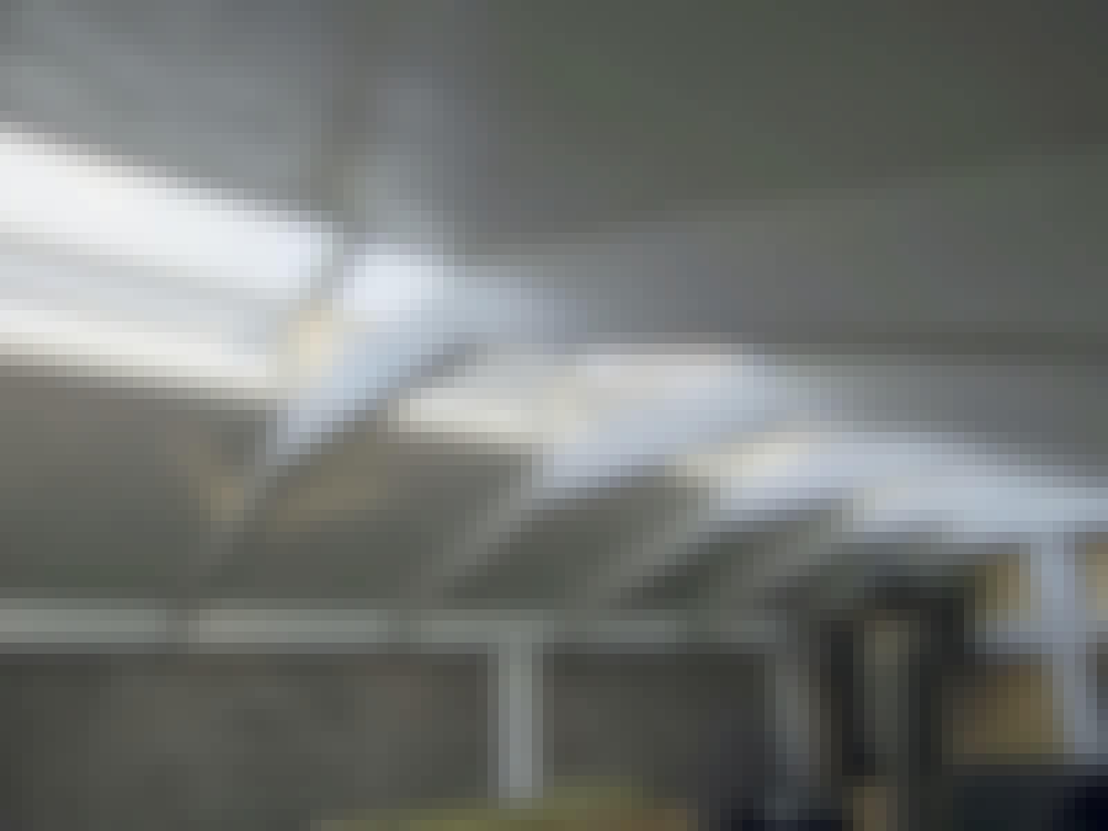 Der er bygget et træskelet af lægter, som løfter taget. Ved at sætte glas i siderne lukkes der ekstra meget lys ind i redskabsskuret.
