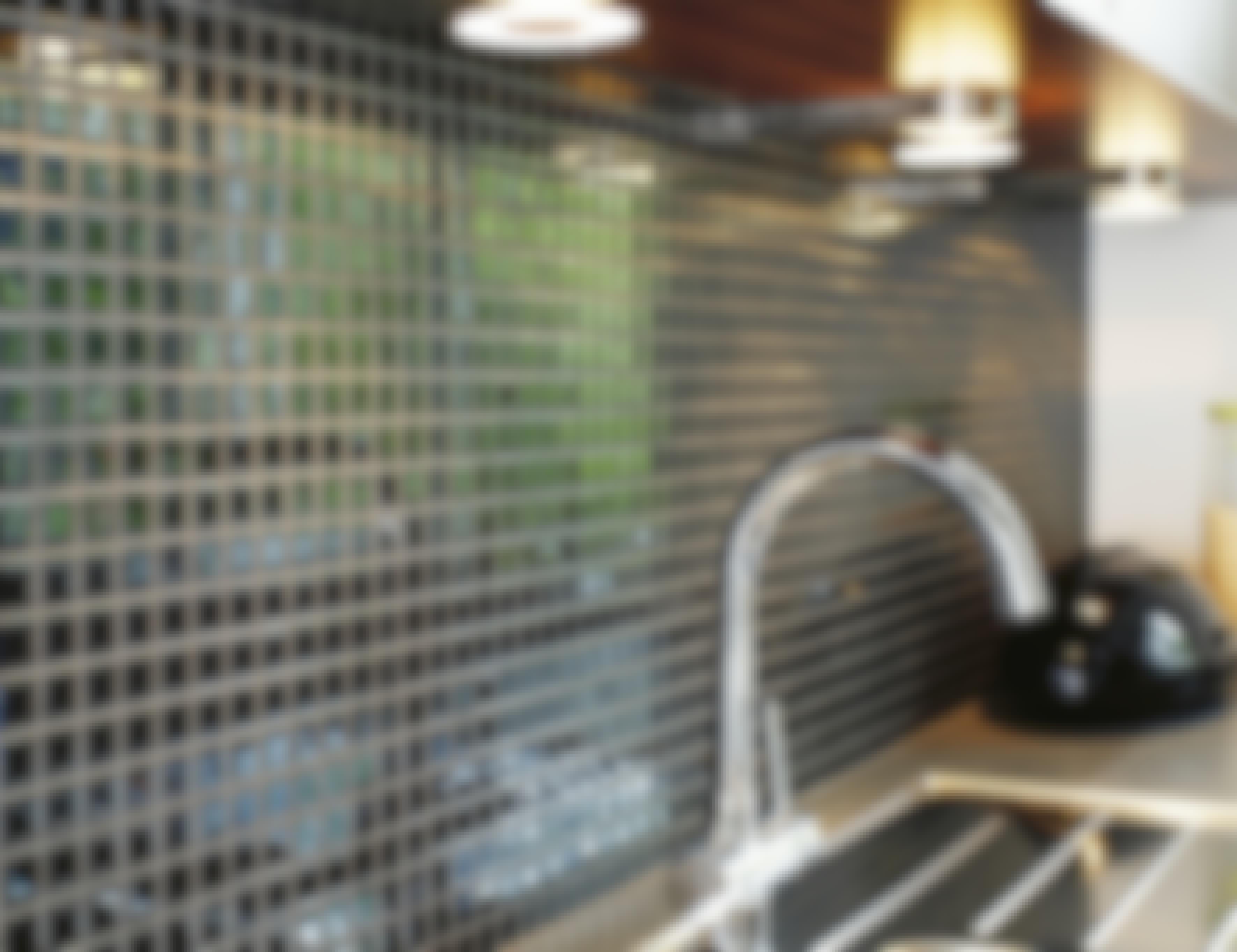 **GLASSFLISER** Glassfliser – eller glassmosaikk – fås primært som små fliser på nett. Hvert nett er f.eks. 32,7 x 32,7 cm. Flisene er harde, og overflaten er blank. De tåler normalt frost, så de også kan brukes ute.