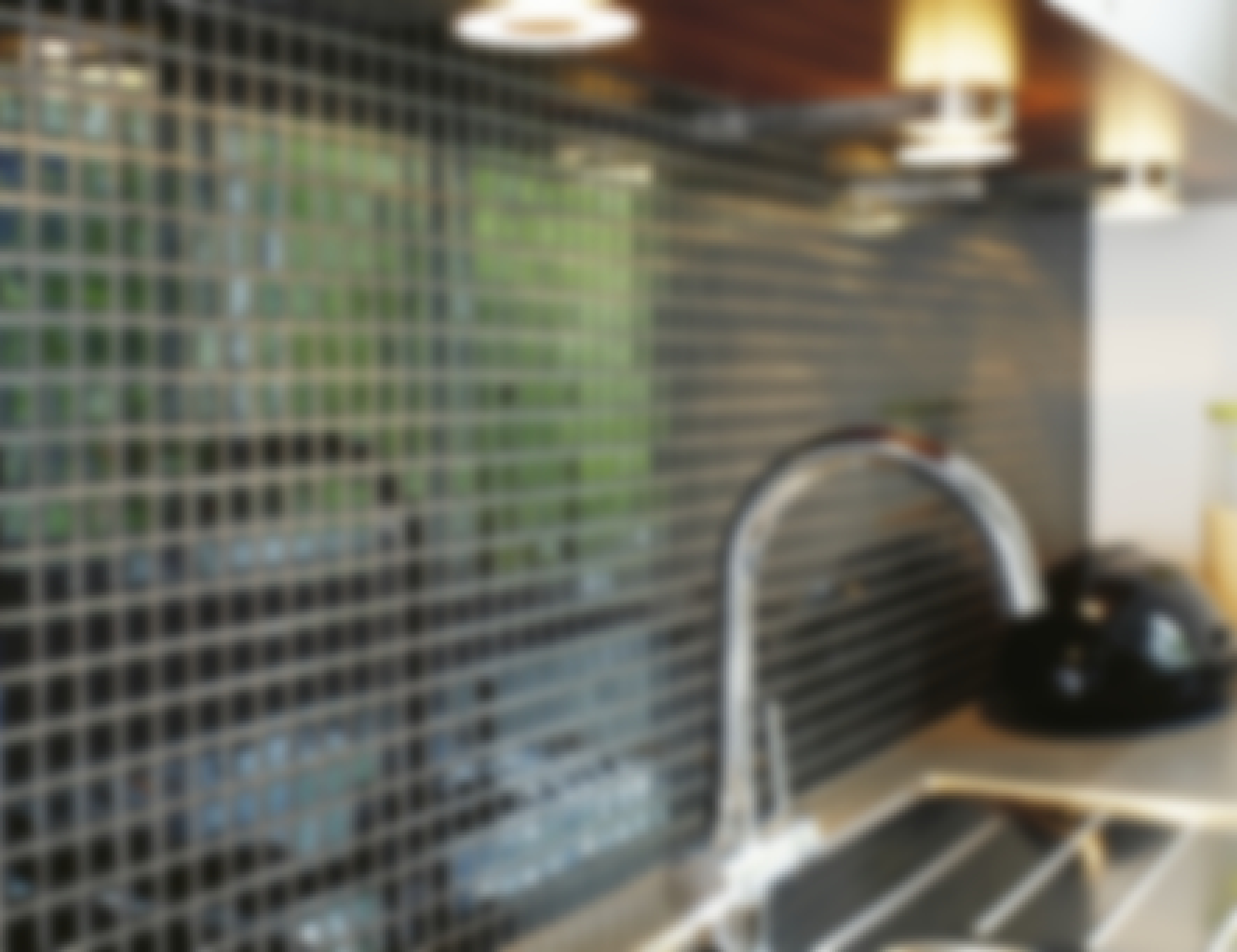 **GLASMOSAIK** Små plattor av glas kallas mosaik och säljs på nät. Ett nät är normalt 327 x 327 mm. Glasmosaik är hård och ytan blank. Den små bitarna tål i regel frost och kan därför användas utomhus.