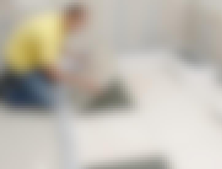 GULV: Store fliser på gulvet kan skabe et roligt indtryk I større rum.