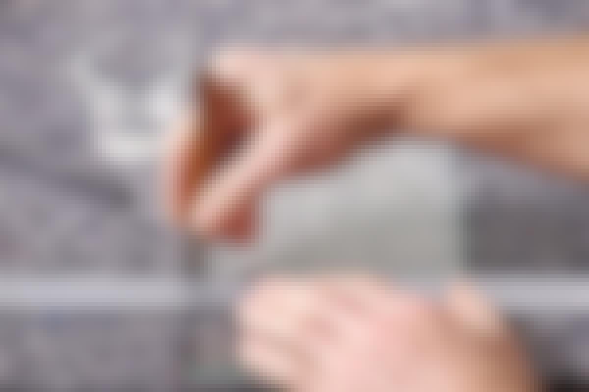 Paina lasileikkuria kunnolla, kun leikkaat lasia.