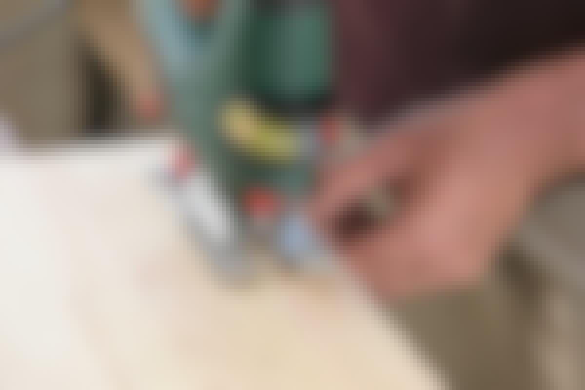 **SÅGA LÅNGA, RAKA SPÅR:** Välj ett sågblad för trä och såga sedan längs ett streck. Kolla om sågen har tendens att dra snett för då måste du vrida den lite för att det ska bli rakt.