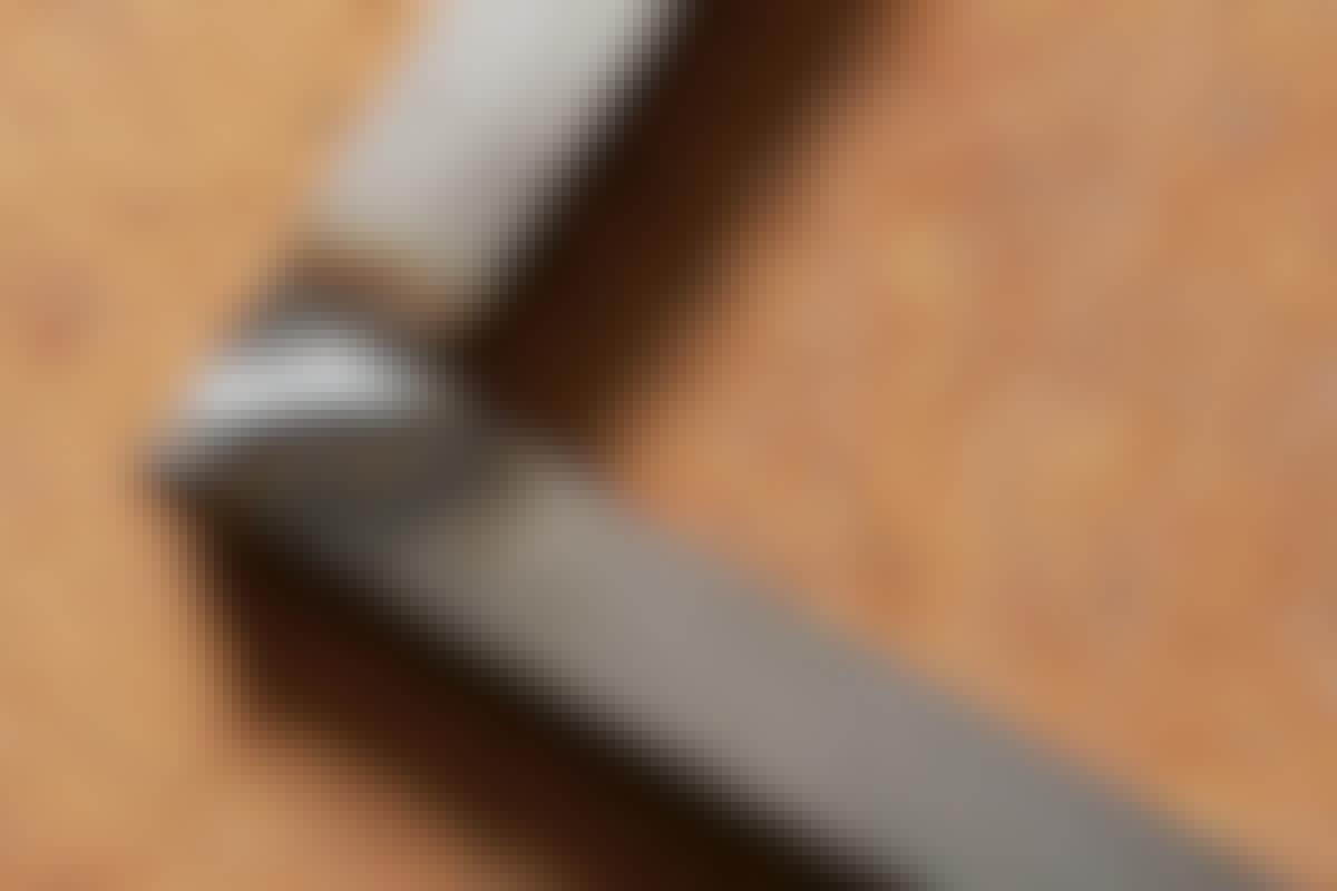 **1. Hitsauksen jälkeen pinta on aina epätasainen ja metalli voi olla värjääntynyt.** Värjääntymiä voi kiillottaa kulmahiomakoneeseen kiinnitetyllä teräsharjalla. Ne voi myös hioa pois.