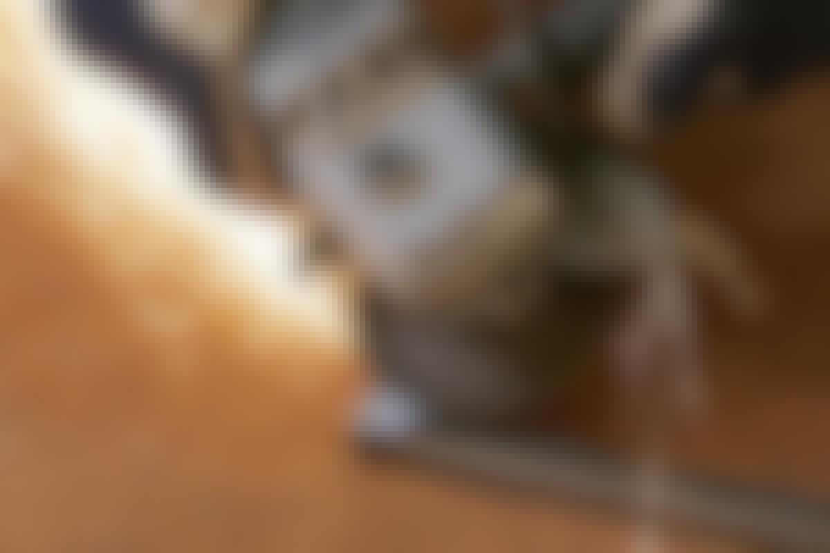 **2. Ujevnheter slipes vekk med vinkelsliperen.** Først brukes en slipeskive til metall. Deretter sliper du med en lamellskive. Til slutt poleres hele sveiseområdet med en stålbørste på vinkelsliperen.