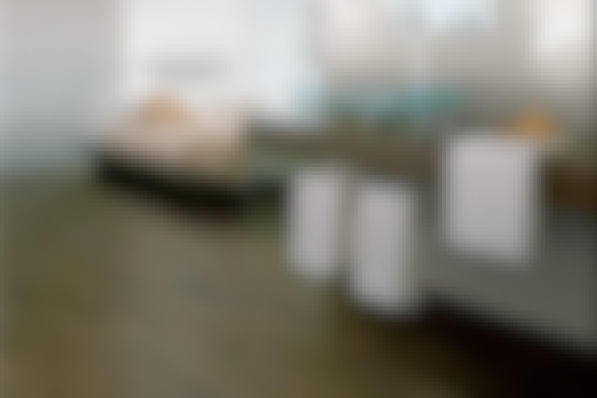 Det ser snyggt ut med mörkt trä på golvet, men i badrum duger det inte. Lägg då klinker med trälook, till exempel denna som heter Formwork.