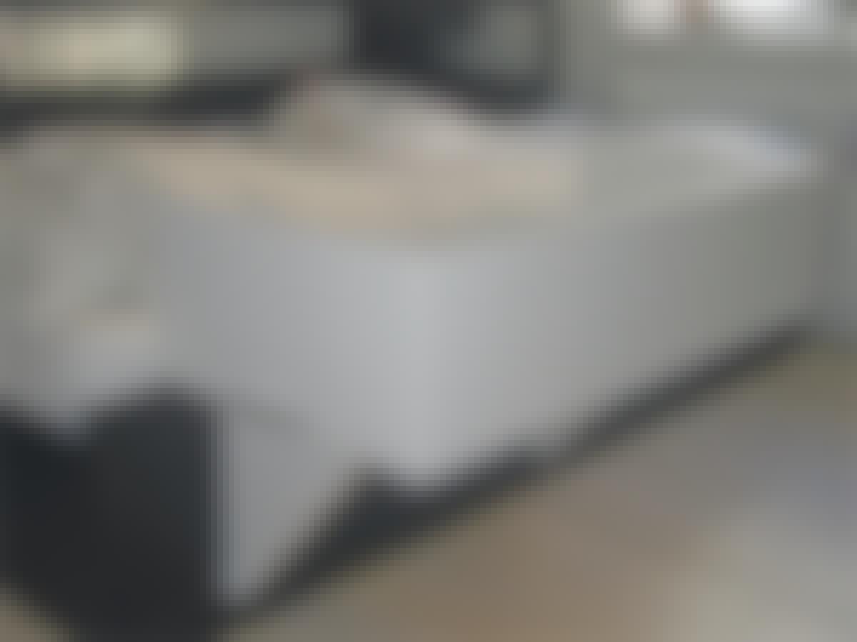 Barnsängen hakas fast på sidan av föräldrarnas säng och kan fällas ihop och tas bort efter behov.