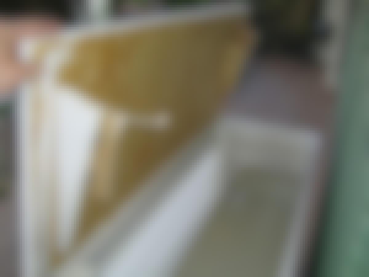 De kileformede gavlene under taket kan dyttes inn, slik at platen ligger vannrett og kan brukes som bord.
