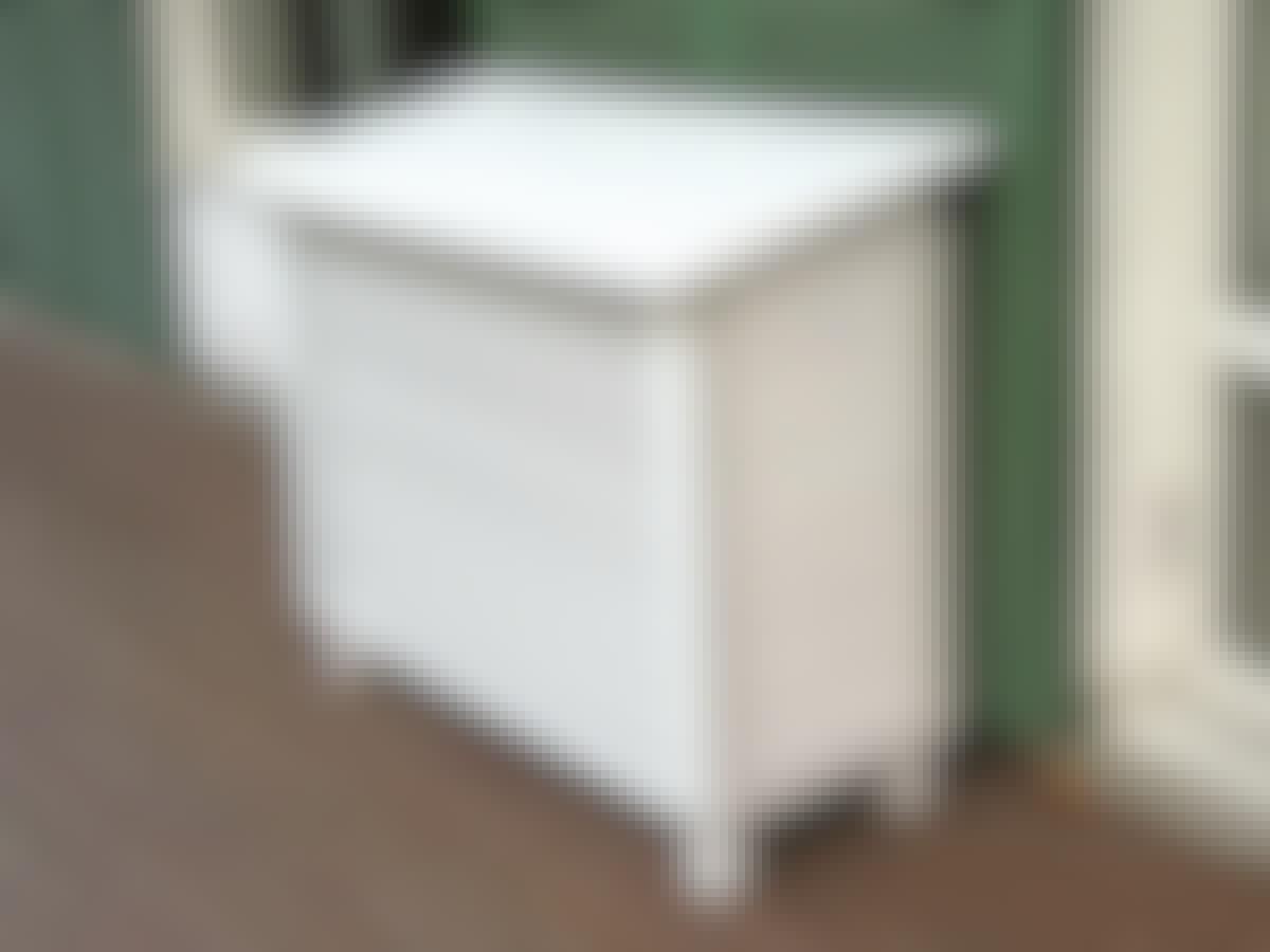 Värmepumpen har placerats i detta eleganta hus, som också kan användas som serveringsbord när man har fällt ner taket.