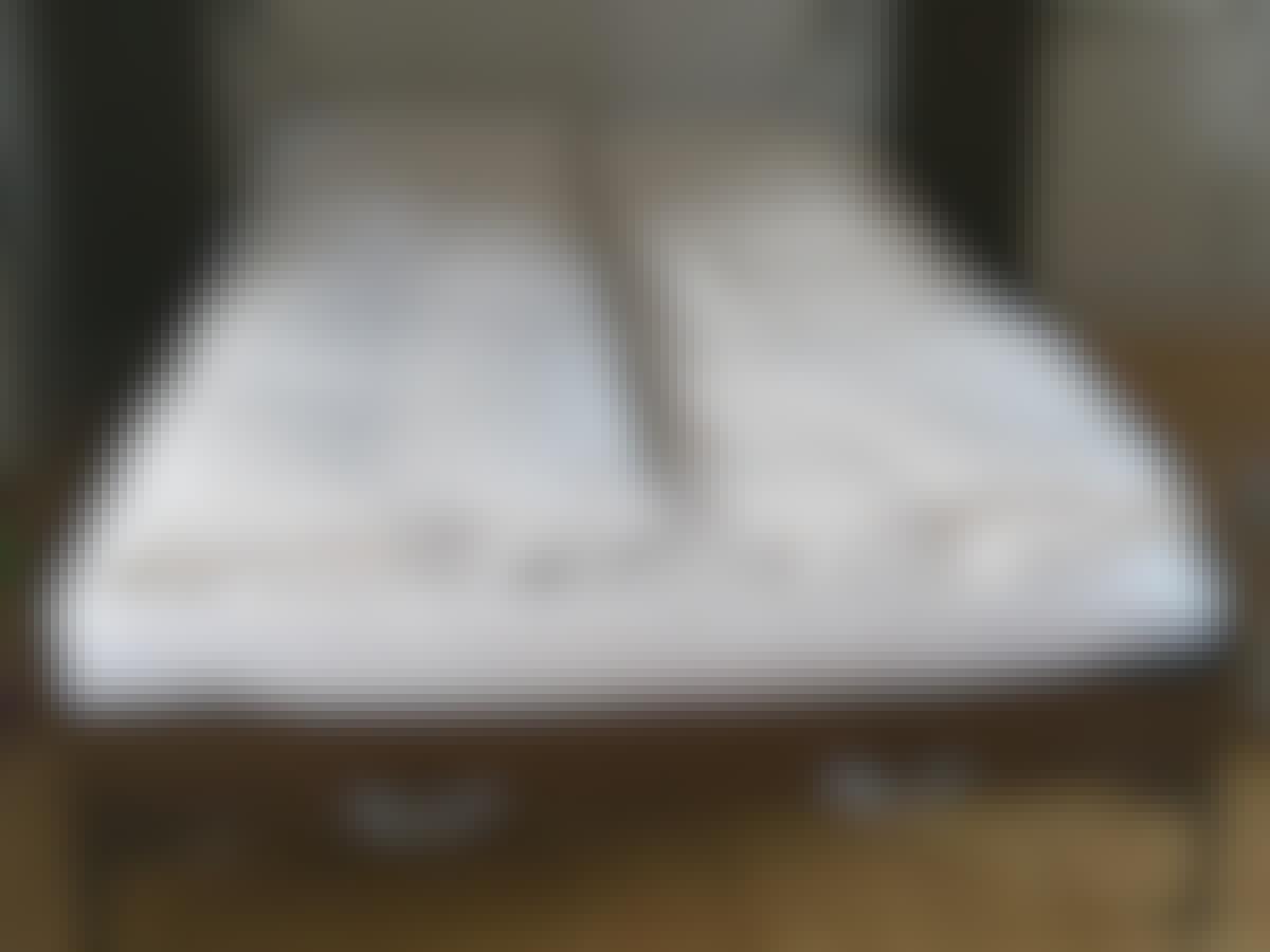 Sengen her kan slås op, så den kun stikker 40 cm ud i rummet.