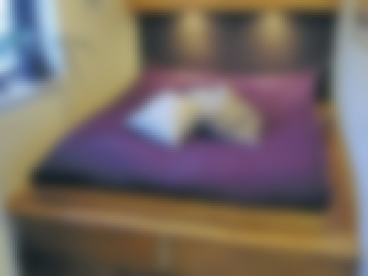 Pladsen er udnyttet optimalt i det lille soveværelse, der kun er 2 meter bredt.