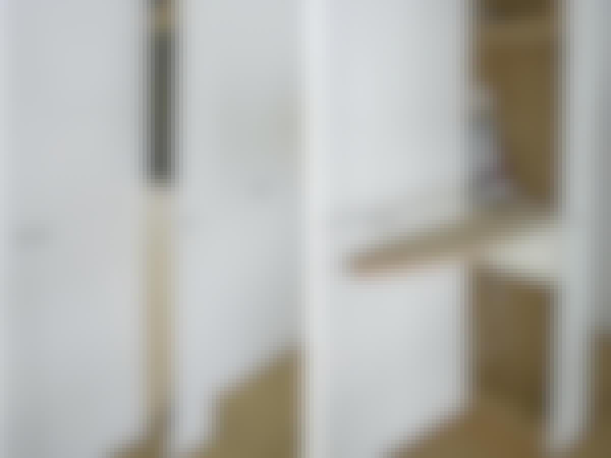 Skapet triller på møbelhjul, så det kan trekkes ut. Trekk ut skapet, slå opp brettet og slå på strykejernet – og du er klar til å stryke.
