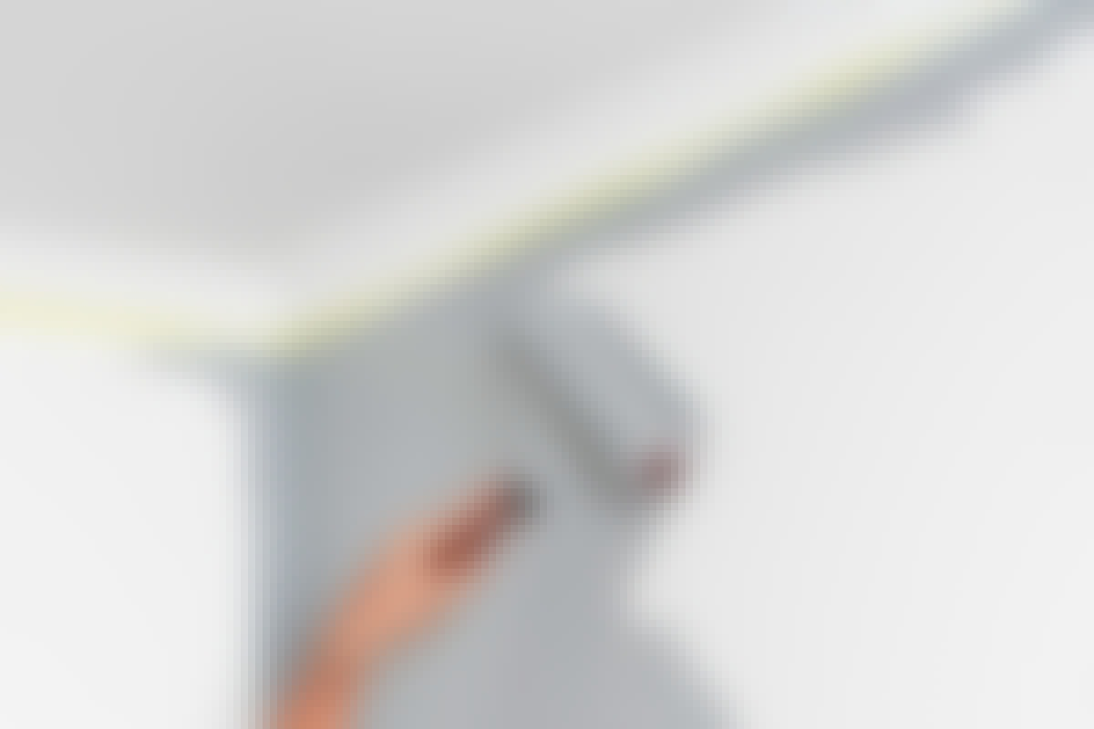Dra inte med nästan torr rulle över ytor som har målats.