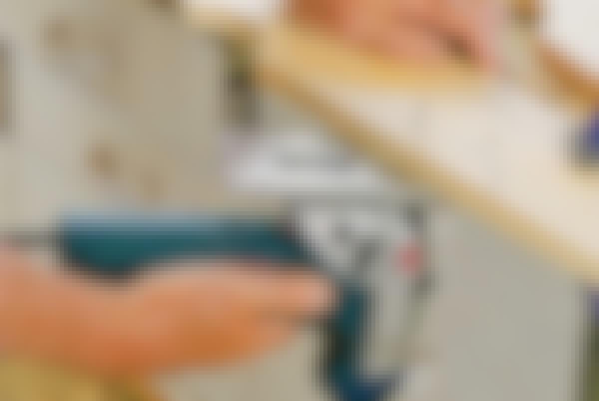 **RIGTIGT:** Ved at save fra den modsatte side får du et pænt snit på oversiden og flosning på undersiden.