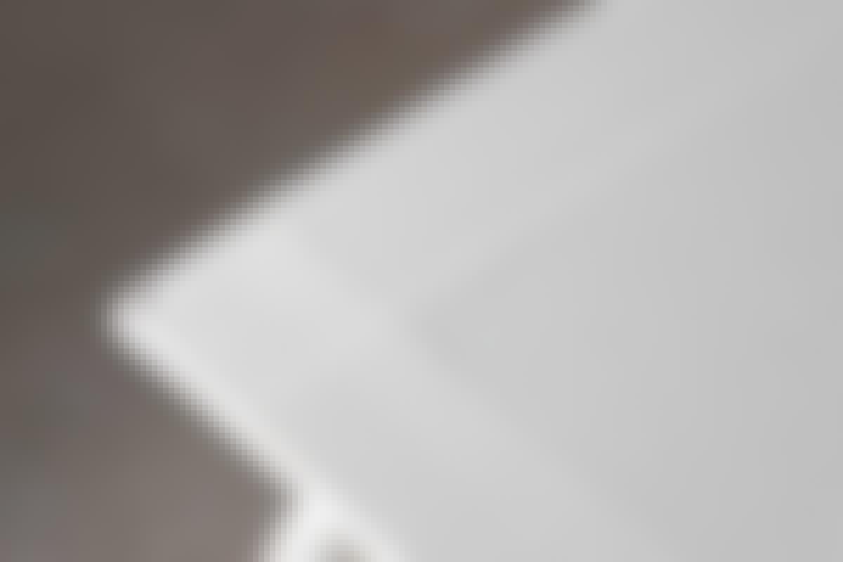 Skär bort spackelkanten på skivor som sätts mot t.ex. en vägg.