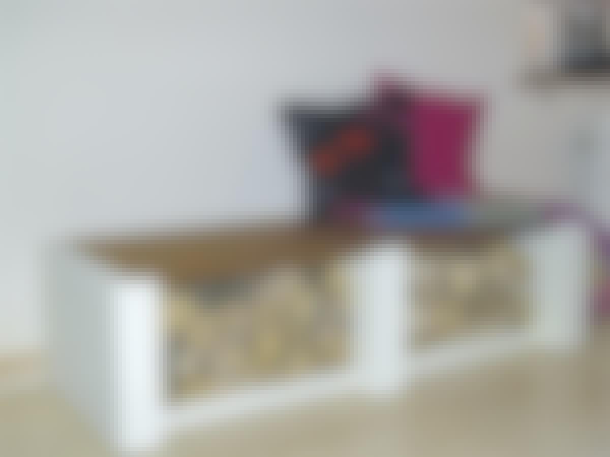 En snygg och enkel bänk som dessutom rymmer en hel del ved.