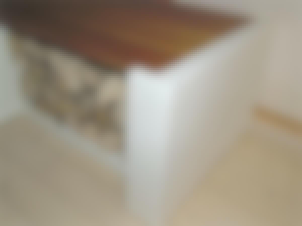 Der er fræset en fordybning foroven, som bænkens sæde kan hvile på.