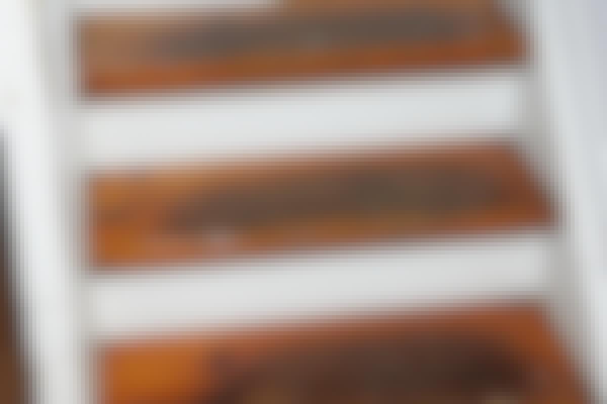 Den gamle fernis skal af, men en excentersliber eller rystepudser er ikke nok; slibepapiret bliver lynhurtigt fyldt op med gammel lak.