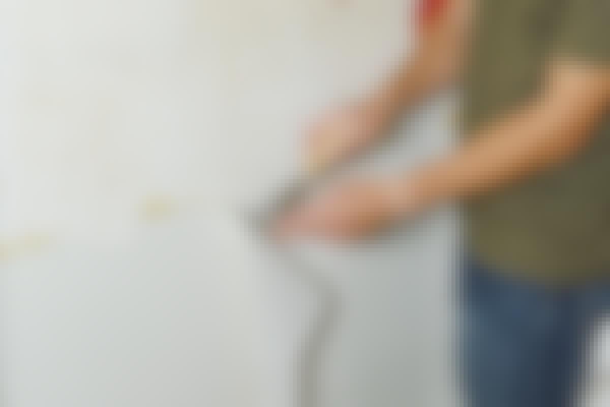 Maali irtoaa isoina paloina, sillä se ei tartu vanhaan kalkki- tai liimamaaliin.