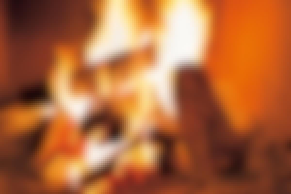 Tørr ved brenner med lysegule og hvite flammer. Det etterlater ingen sot og nesten ikke aske når du fyrer riktig.