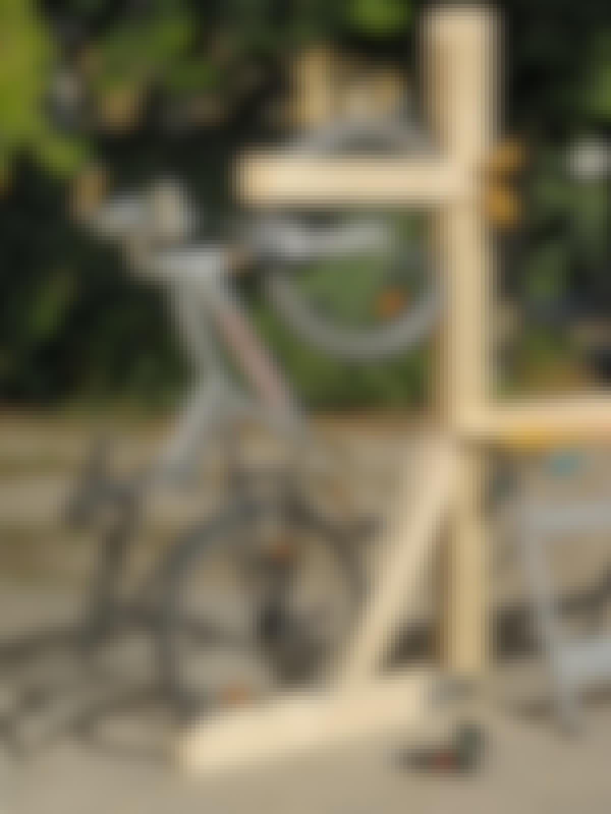 Etupyörän pidike kiinnitetään viimeiseksi kutakin polkupyörää varten.