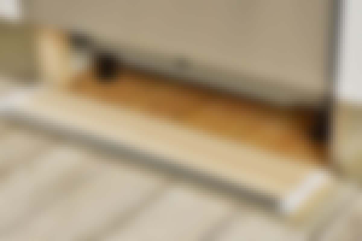 Borrelås holder det løse sokkelstykket på plass, samtidig som det er enkelt å løsne igjen.