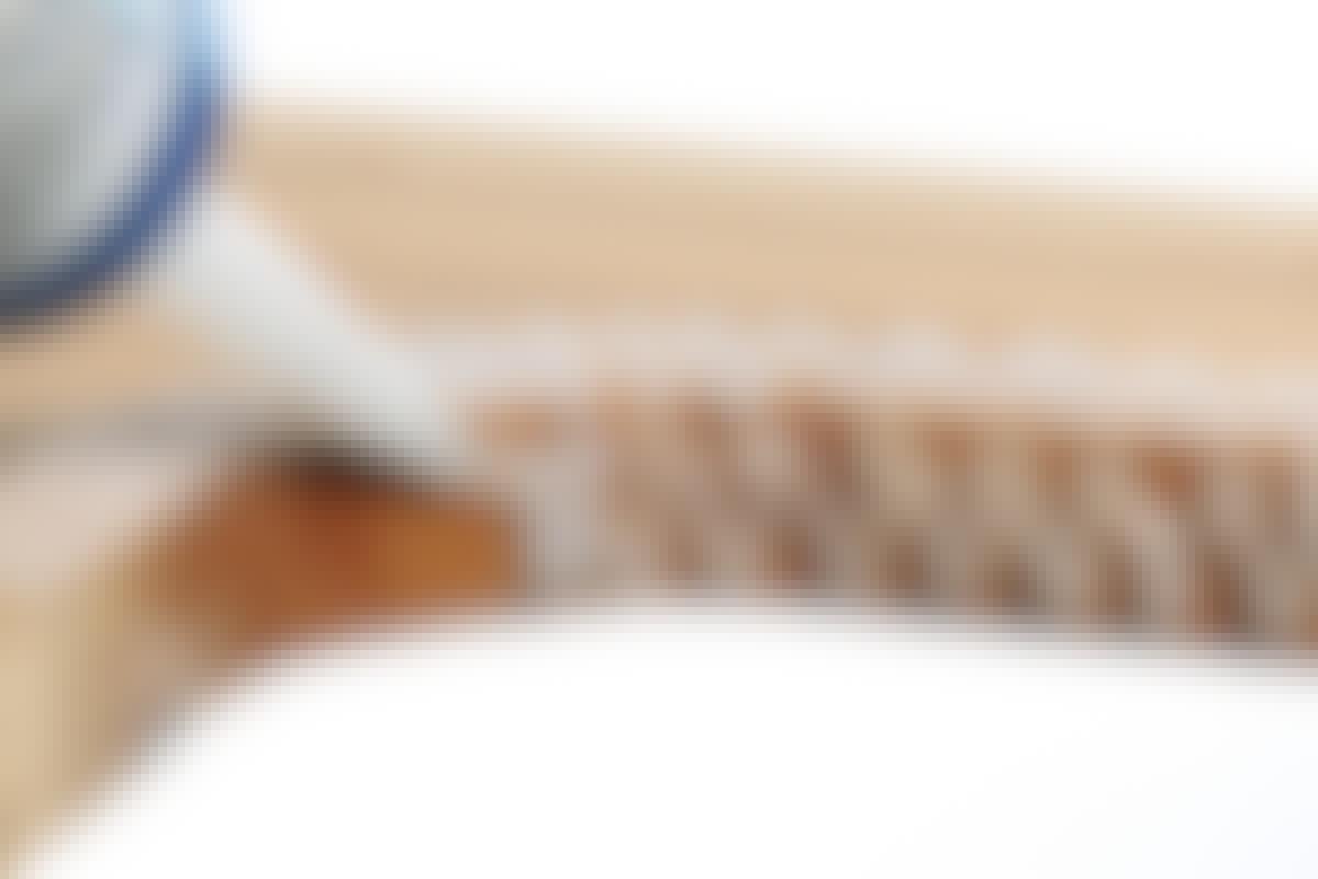 Silikon på kanten förseglar träet så att fukt inte kan tränga in i det.